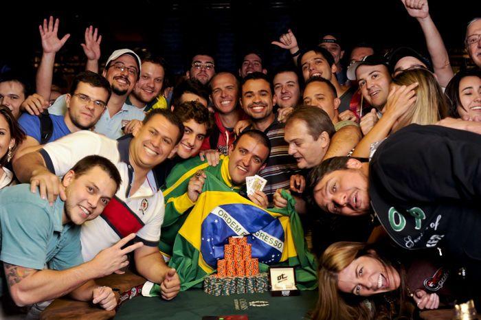 Pemenang gelang event 43 Andre Akkari berpose dengan kontingen Brasilnya.