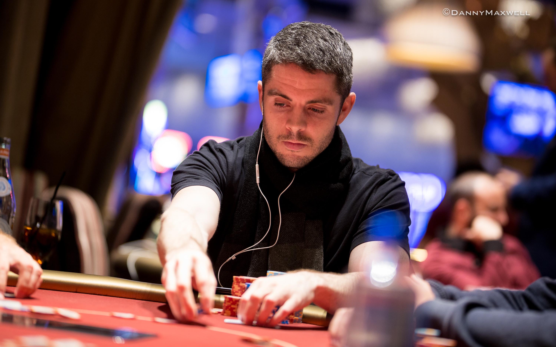 Deuces wild video poker game