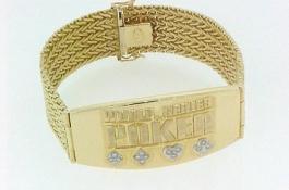 Ти Джей Клотье продает золотой браслет