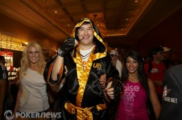 A Entrada Triunfal do Lutador de MMA Phil Hellmuth no Main Event das WSOP 2010 (Vídeo +...