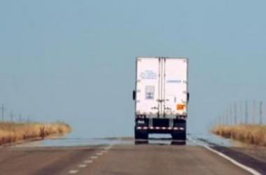 Pókerezett vezetés közben, emiatt ölt a kamionsofőr
