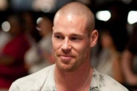 Patrik Antonius knuser David Benefield i PLO