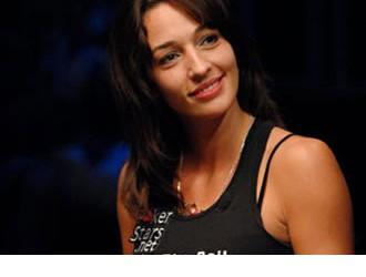 High Stakes Poker - Kara Scott je nova voditeljica!