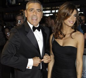 Džorž Kluni stavlja poker ispred Elizabet