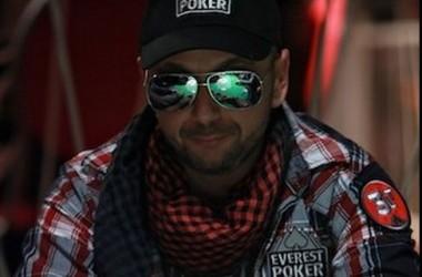 Majka az Everest Poker profi játékosa lett