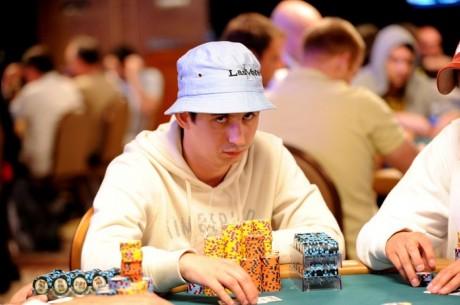WSOP 2011: День 5 Main Event Олександр Можняков на шостому...