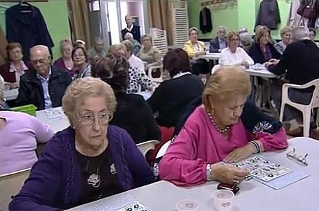Multan a una peña de jubilados valencianos por jugar a las cartas en su local
