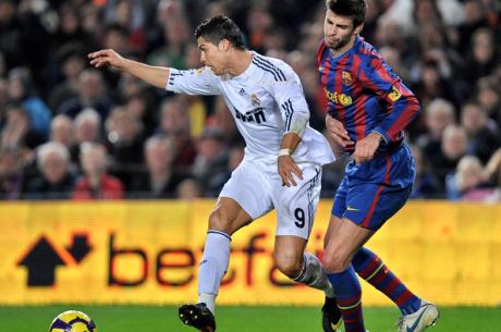 Pókerező futballsztárok: Gerard Piqué élő tornákon, Cristiano Ronaldo online cápákkal...