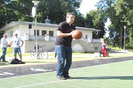 Tony G slår tidligere NBA-spiller i basketball
