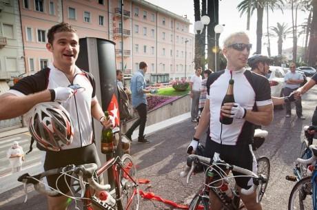 Poranny Kurier: Elky i Katchalov rowerem do Włoch, Galfond sprzedał dom i więcej