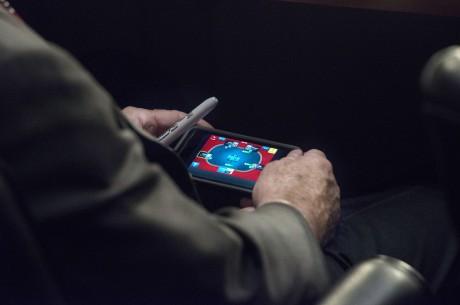전 미국 대선 후보 존 매케인, 중요한 위원회 중 핸드폰 포커!