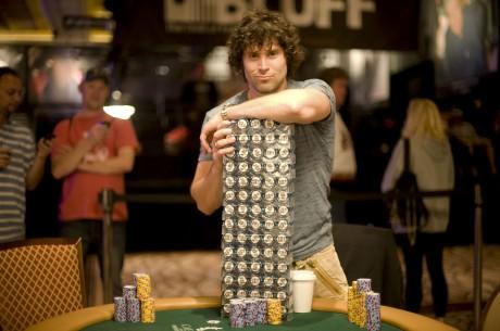 Scott Clements, žaisdamas gyvą pokerį kazino, tuo pat metu spėjo laimėti $100,000 internete