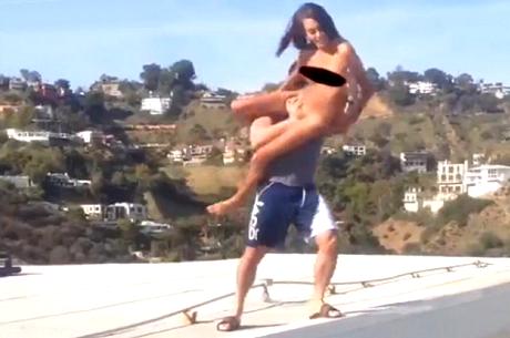 18+ VIDEO: Meztelen pornóst dobott medencéjébe Dan Bilzerian, lábtörés lett a vége