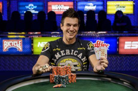 """Internetinio pokerio žvaigždė """"WCGRider"""" pasipuošė WSOP trofėjumi"""