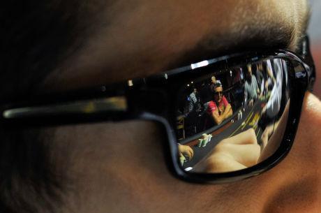 Sonnenbrillen und Kopfhörer am Poker Tisch
