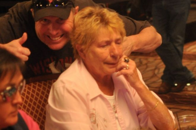 "Mark ""P0ker H0"" Kroon Supports ""Mama H0"" on the Rail During WSOP Event #29 0001"