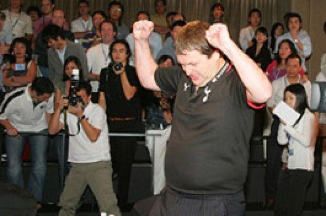 Tony G. gewinnt das Betfair Asian Poker Main Event und spendet die Hälfte seines Gewinns... 0001