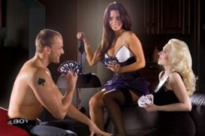 Las mujeres juegan al strip poker