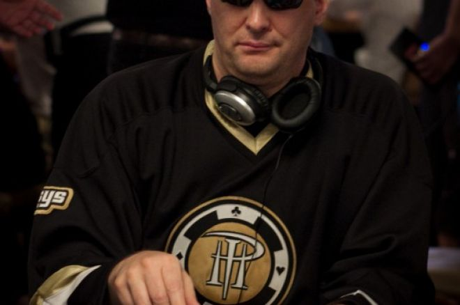 Phil Hellmuth, jugador de poker número uno para recibir un derechazo 0001