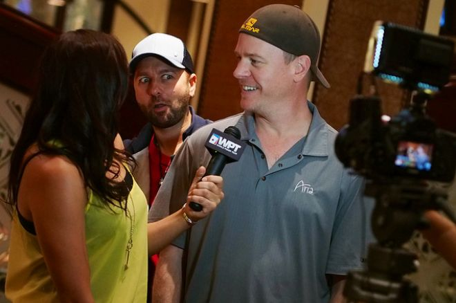 Daniel Negreanu photo bombs Erick Lindgren.
