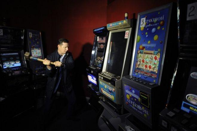 Противники казино розбили ігровий автомат в Нью... 0001