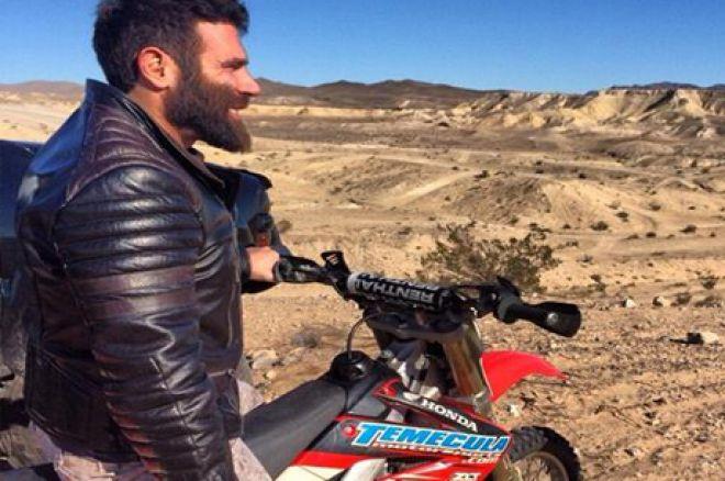 Bilzerian con su quad en el desierto