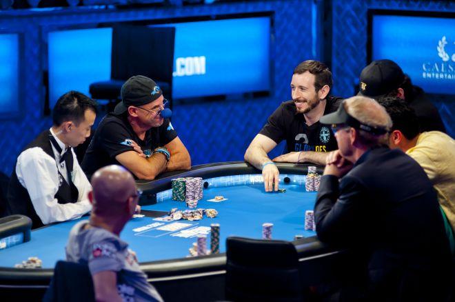 покерный стол с игроками