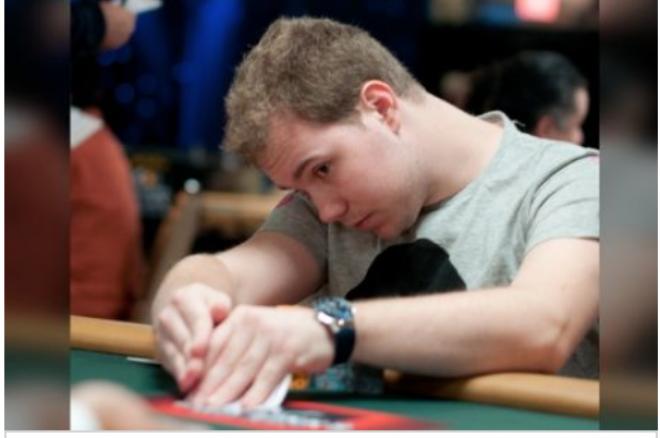 ¿Cuál es el momento adecuado para ver tus cartas en la mesa de póker? 0001