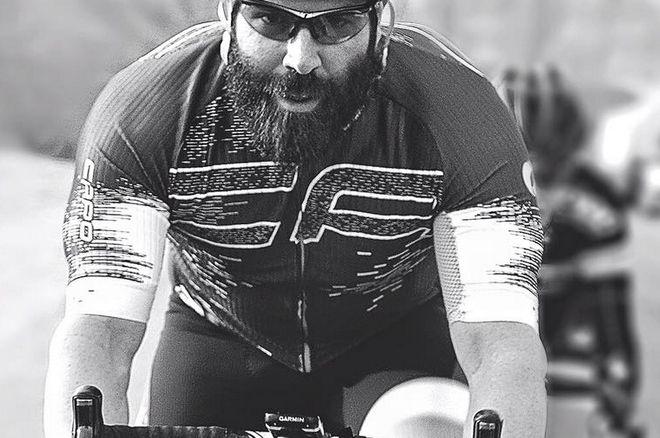 Dan Bilzerian trénuje na kole - nohy má však tenčí než kola silničky! 0001