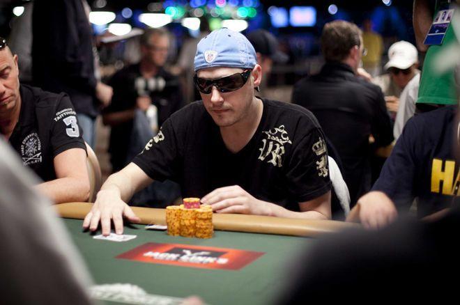 Dustin Woolf pernah bermain poker selama jutaan online.