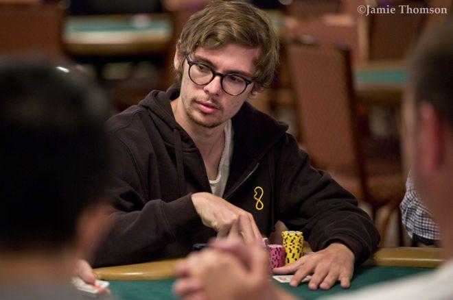 Fedor Holz memimpin empat besar dalam acara Heads-Up $ 25K.