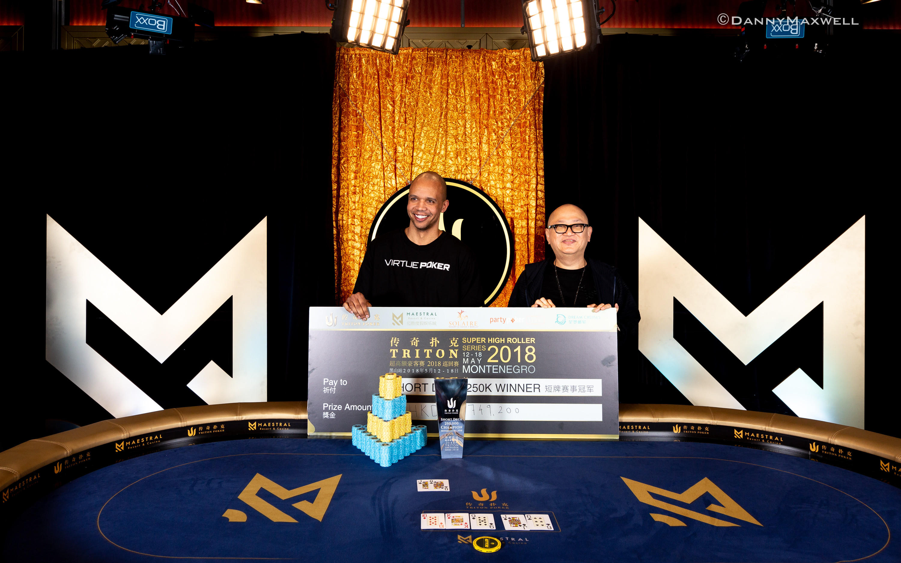 Richard Yong presents the winner cheque to Phil Ivey