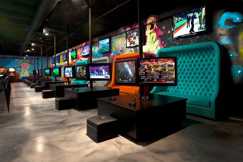 Als je bottleservice neemt krijg je een lounge gedeelte met vier televisies en heel veel spelcomputers